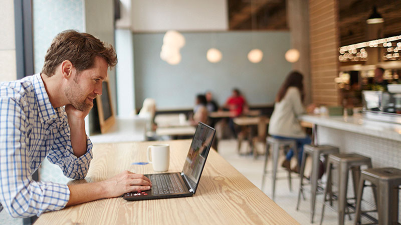 man-cafe-laptop-800x450